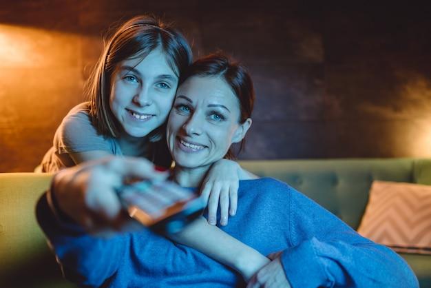 母と娘がテレビを見て