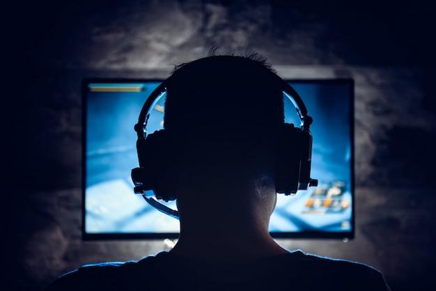 ビデオゲームをプレイする男性
