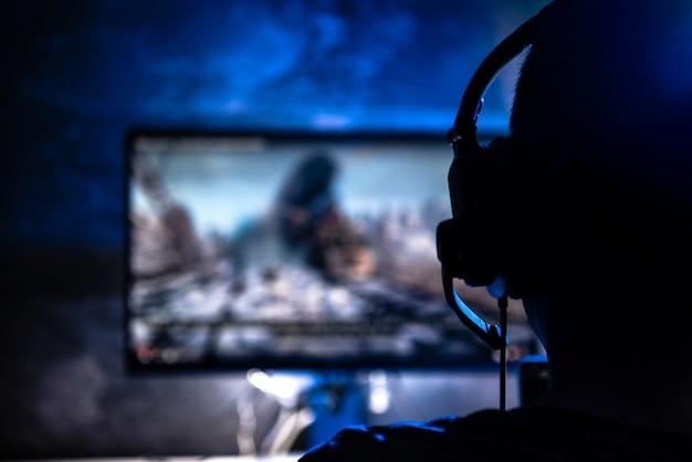 Мужчины играют в видеоигры