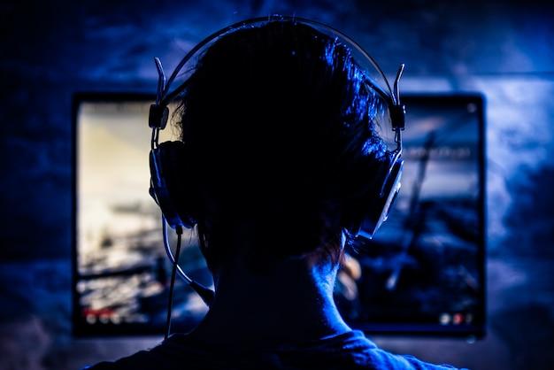 ビデオゲームをプレイする女性