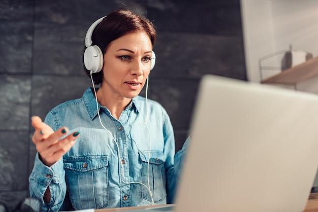 オフィスでビデオ通話を行うビジネス女性