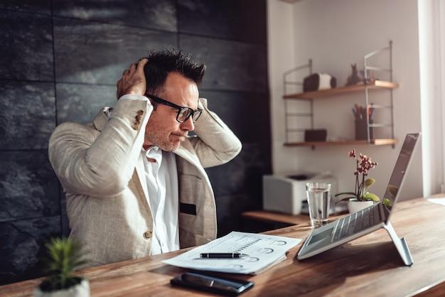 Бизнесмен получает плохие новости в своем кабинете
