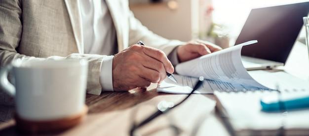 Бизнесмен подписывает контракт