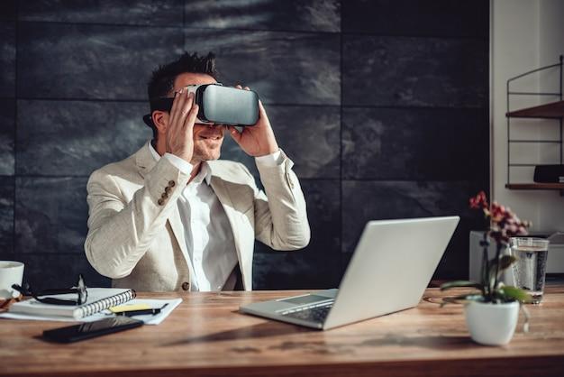 Бизнесмен с помощью гарнитуры виртуальной реальности