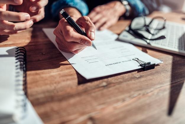 Клиент подписывает договор аренды