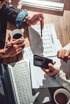 Два деловых человека устанавливают сроки для проекта