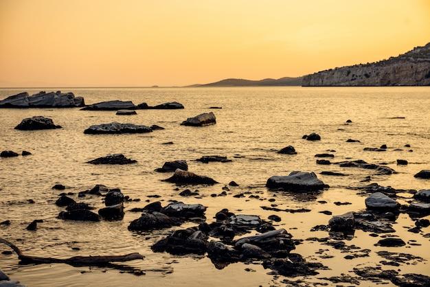 岩の多いビーチの夕日