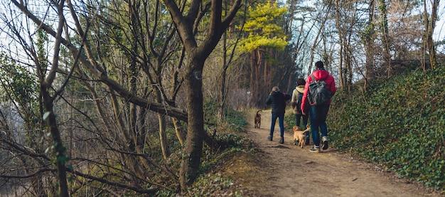 登山道でハイキング犬と家族