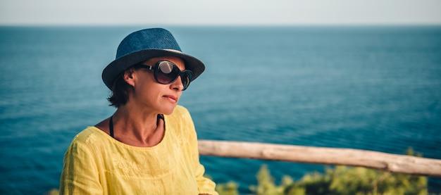 青い帽子を持つ女性の肖像画