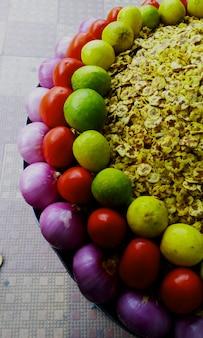 チップオニオンマサラストリートフードトマト