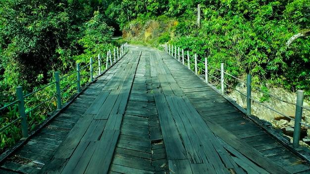 危険な木製の橋
