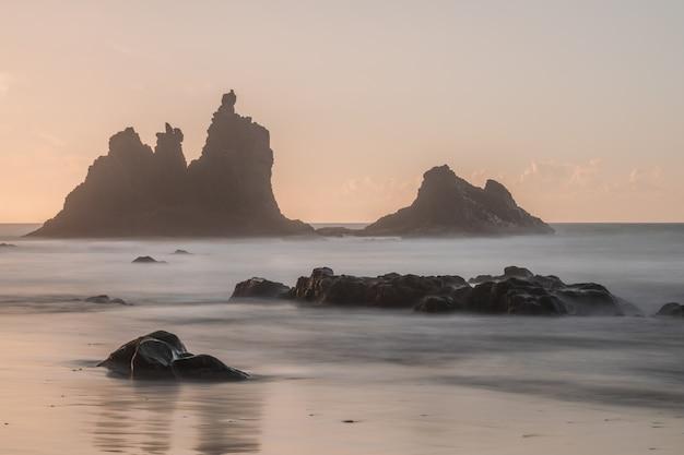 夕日の光、長時間露光の写真、アナガ自然公園、テネリフェ島、カナリア諸島、スペインのベニホビーチ