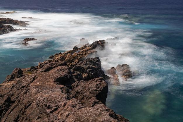 Береговая линия вулканических пород, эль саузаль, тенерифе, канарские острова, испания