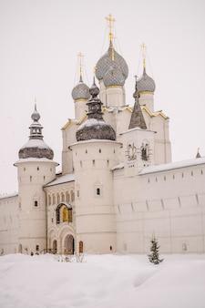 Ростовский кремль в зимнее время, идет снег. россия