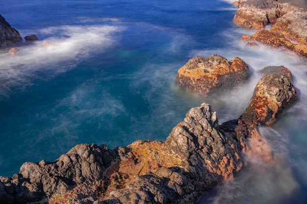 Вулканические породы в атлантическом океане, гарачико, тенерифе, канарские острова, испания