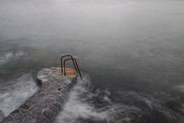 大西洋の錆びた金属製のはしご、