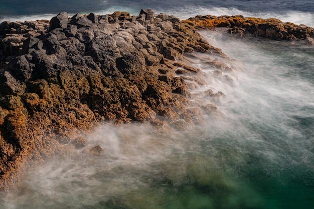 Вулканические породы в атлантическом океане, побережье рохас, эль-саузаль, тенерифе, канарские острова, испания