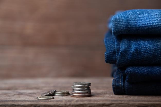 Джинсы сложены с монетами