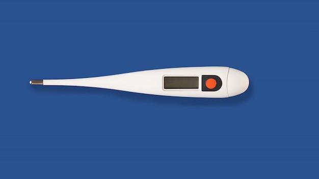 青色の背景に分離された電子モダンな白い温度計。医学、季節性疾患、インフルエンザ、子供と大人の体温測定の概念。