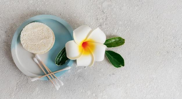 Чистите деревянные и хлопковые вкладыши и губки от люфы, которые можно утилизировать в ванной комнате.