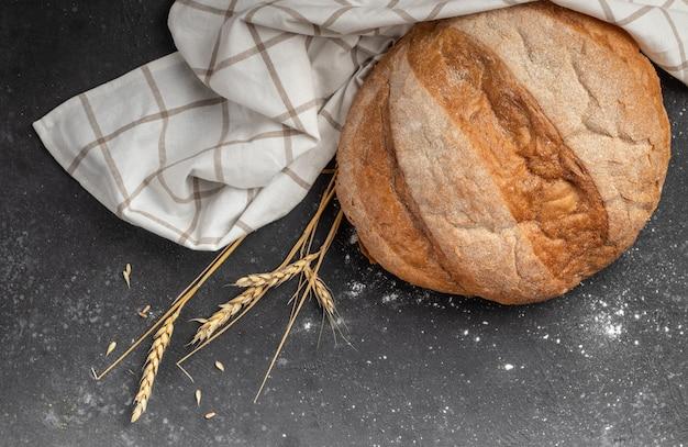 暗闇の中で白い市松模様ナプキンと白パン