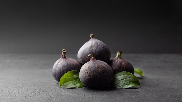 Свежий инжир и зеленые листья, здоровье и диетическое питание.
