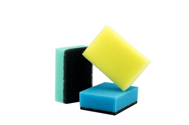 Пенная губка для мытья посуды изолированная