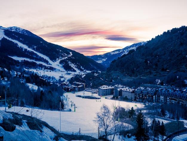 スキー場のあるアンドラの山の雪に覆われた夕日。冬のコンセプト