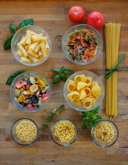 調理用に準備されたさまざまなタイプのイタリアのパスタ。