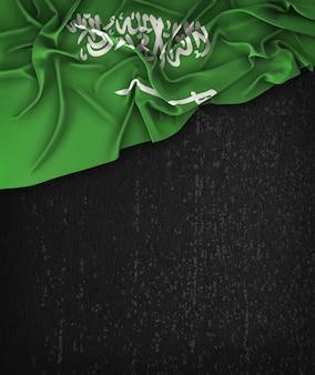 サウジアラビアの旗ヴィンテージグランジの上にテキストのためのスペースの黒い黒板