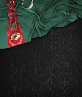 トルクメニスタンの旗グランジにヴィンテージ黒い七面鳥のスペースのテキスト