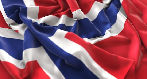 ノルウェーの旗が美しく波打ち際に浮かび上がるマクロクローズアップショット