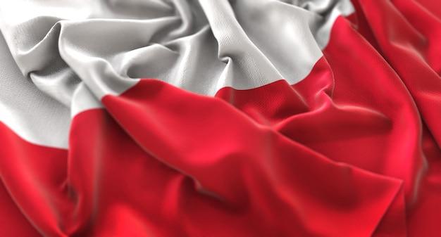 ポーランドの旗が美しく波打ち際に揺れるマクロ接写