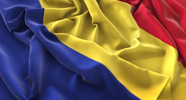 Румынский флаг украшен красиво размахивая макросом крупным планом