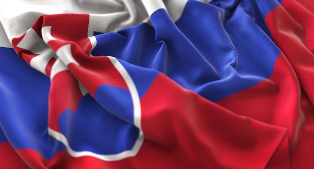 スロバキアの旗が美しく波打ち際に浮かび上がっているマクロのクローズアップショット