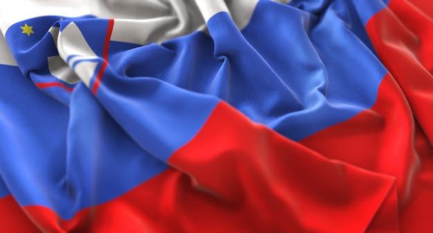 スロベニアの旗が美しく波打ち際に揺れるマクロ接写
