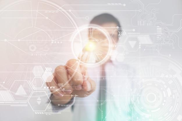 ハイテク仮想スクリーンを押すアジアのビジネスマン