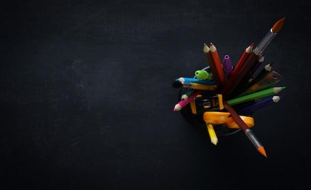 黒板の空きスペースに学校の文房具