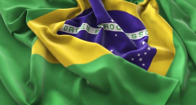 Бразильский флаг украшен красиво размахивая макросом крупным планом