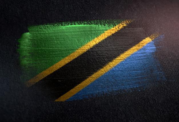 グランジダークウォールに金属ブラシペイントで作られたタンザニアの旗