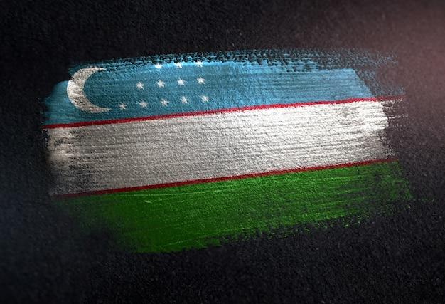 Флаг узбекистана, сделанный из металлической кисти, на темной стене гранж