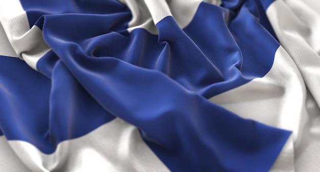 フィンランドの旗が美しく波打ち際に浮かび上がっているマクロのクローズアップショット