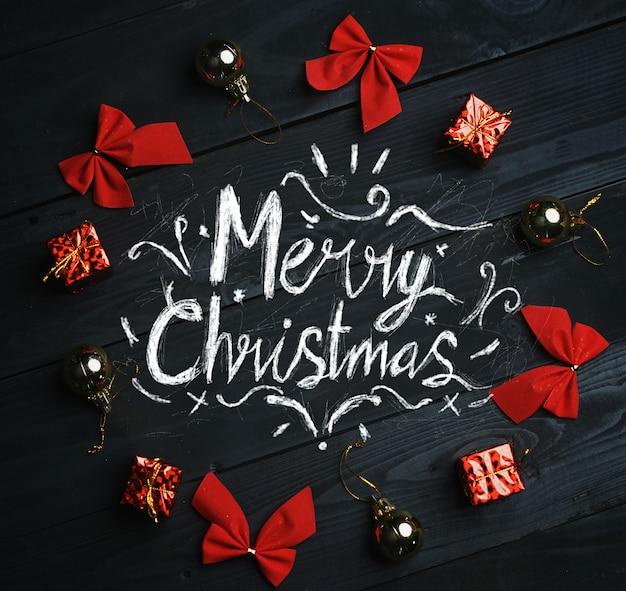 メリークリスマスのタイポグラフィークリスマスオーナメントは黒い木の質感のサークルを形成