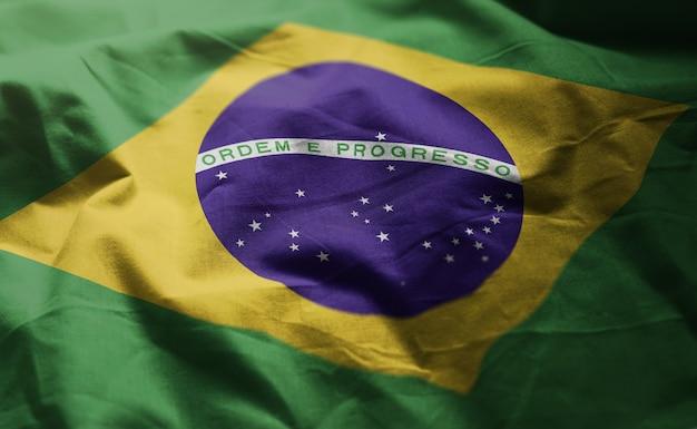 しわくちゃのブラジル国旗をクローズアップ
