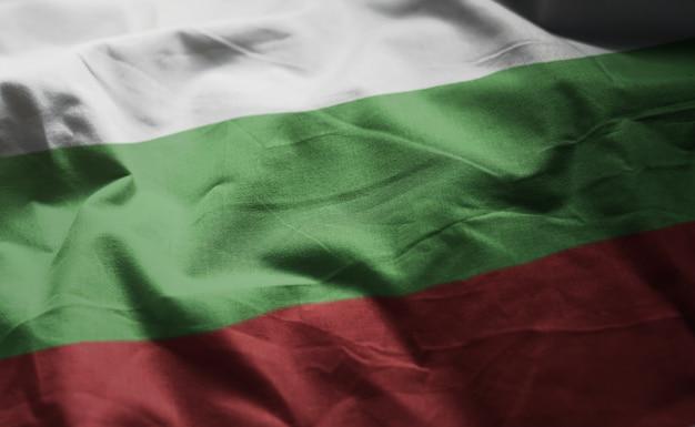 ブルガリアの国旗のしわくちゃのクローズアップ