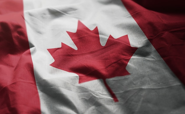しわくちゃのカナダの国旗をクローズアップ