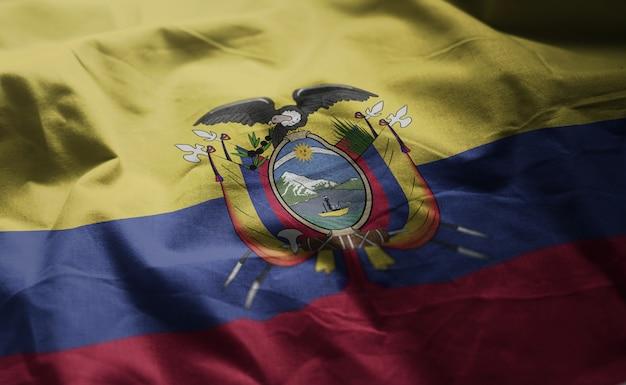 エクアドルの国旗のしわくちゃのクローズアップ