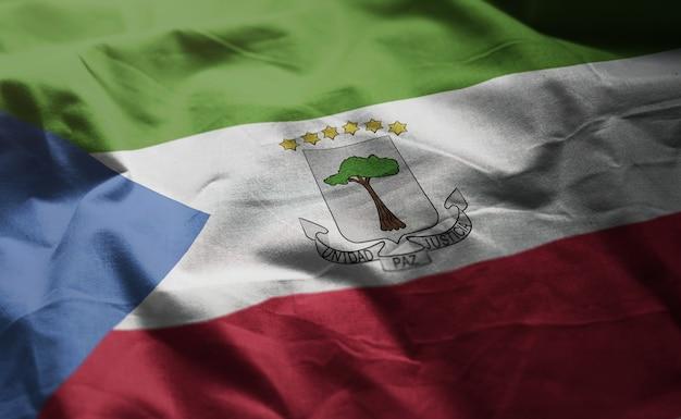 赤道ギニアの国旗のしわくちゃのクローズアップ