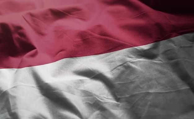 しわくちゃのインドネシアの国旗をクローズアップ