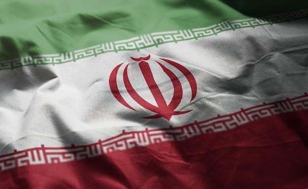 しわくちゃのイランの国旗をクローズアップ